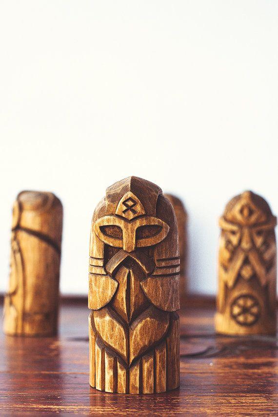 Statuette en bois de handcarved Odin. Odin est lun des personnages plus complexe...