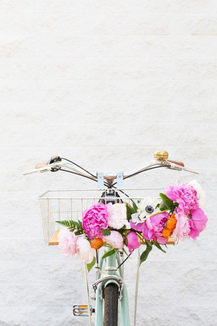 A DIY gift for the active mom: this lovely floral bike basket