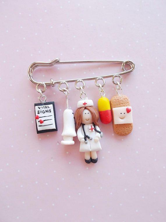 Broche infirmière ou docteur mignon avec des breloques créée à partir d'ar...