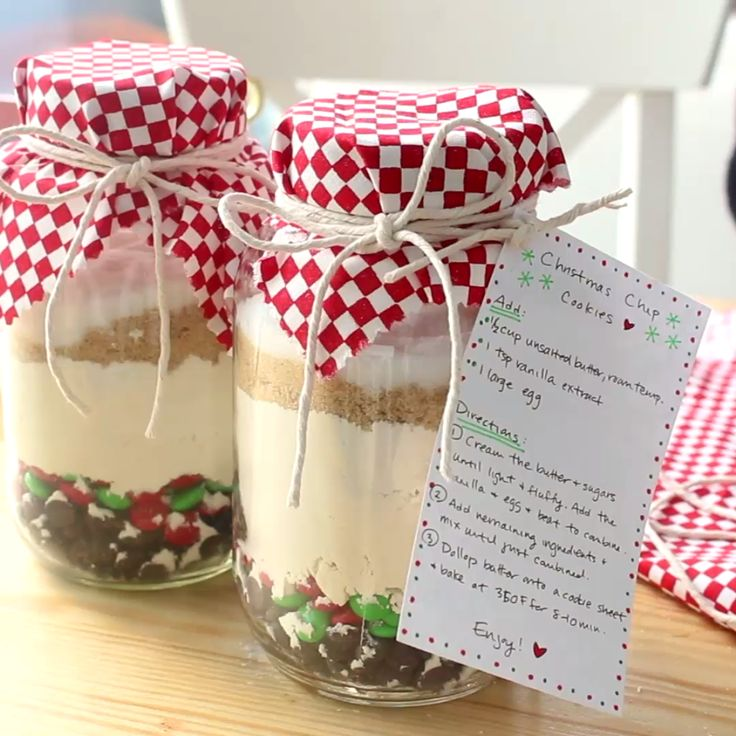A quick and adorable Christmas gift — stack the dry ingredients for cookies in...